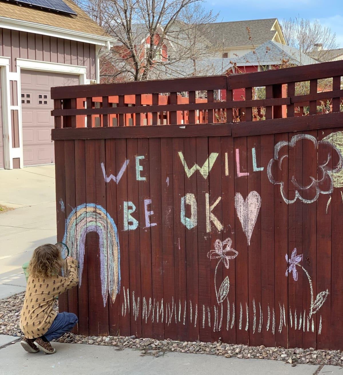 """Lapsi piirtää aitaan """"We will be OK"""""""