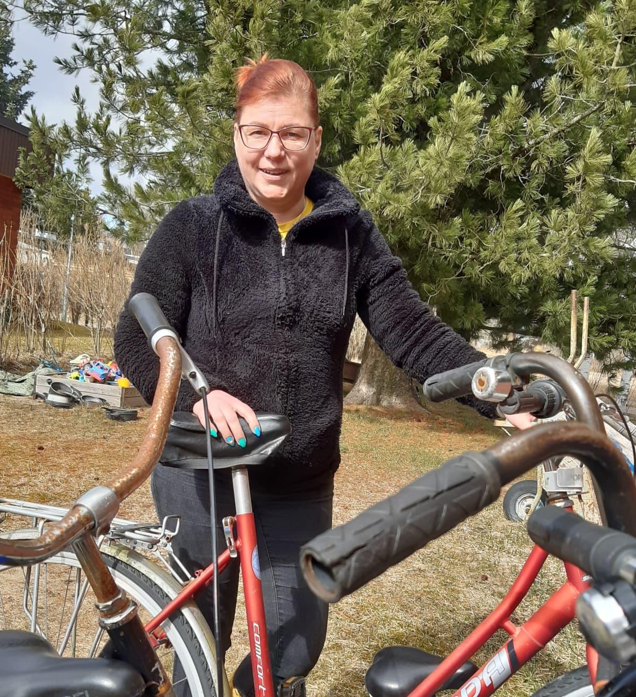 Tiia Ojala polkupyörien kanssa
