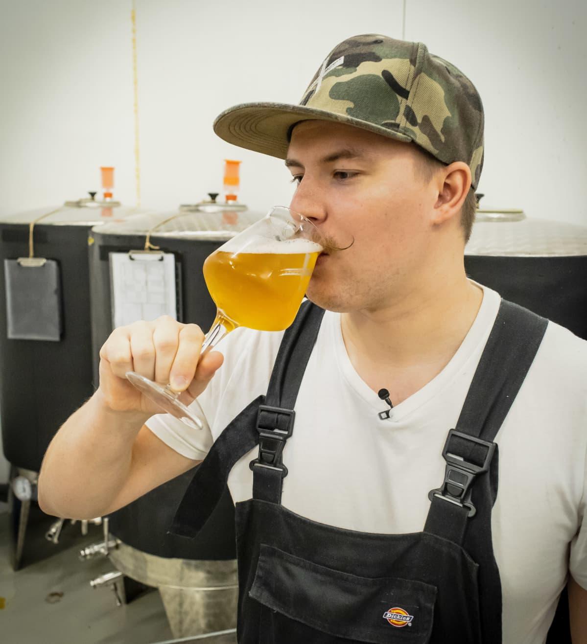 Panimoyhtiö X:n toimitusjohtaja Lauri Marttinen maistaa olutta.