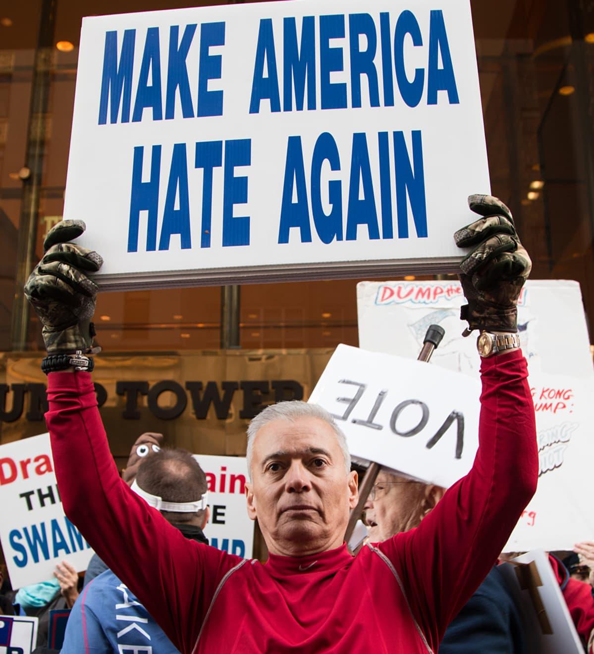 """Miehellä kyltti """"make america hate again"""""""