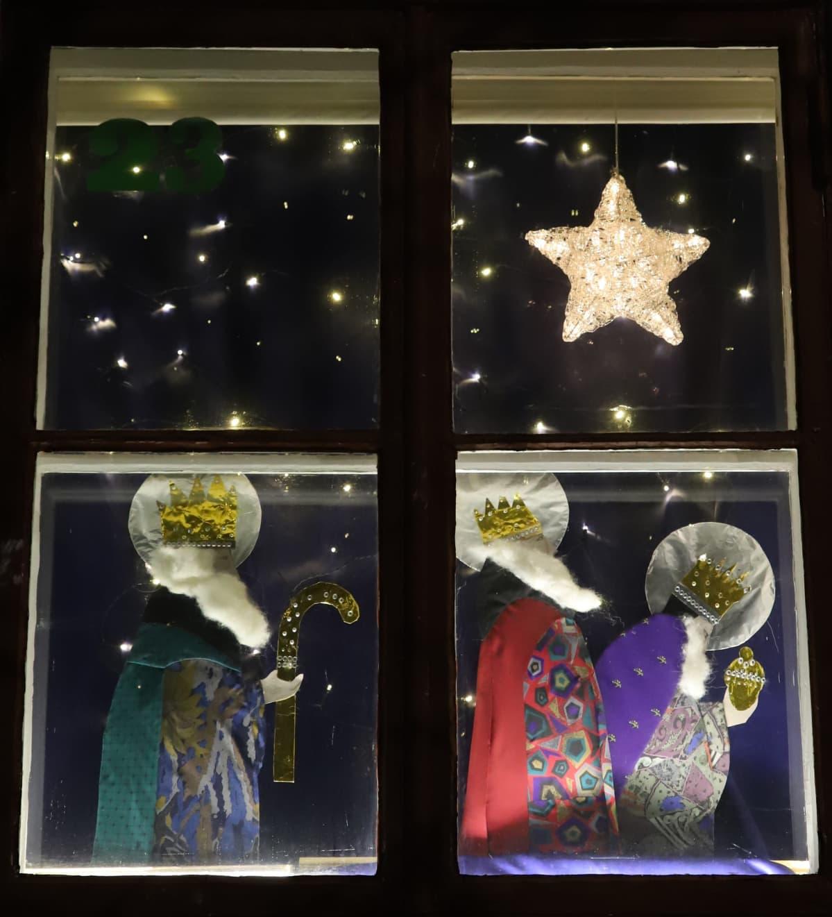 kravateista tehtyjä itämaantietäjiä ikkunassa