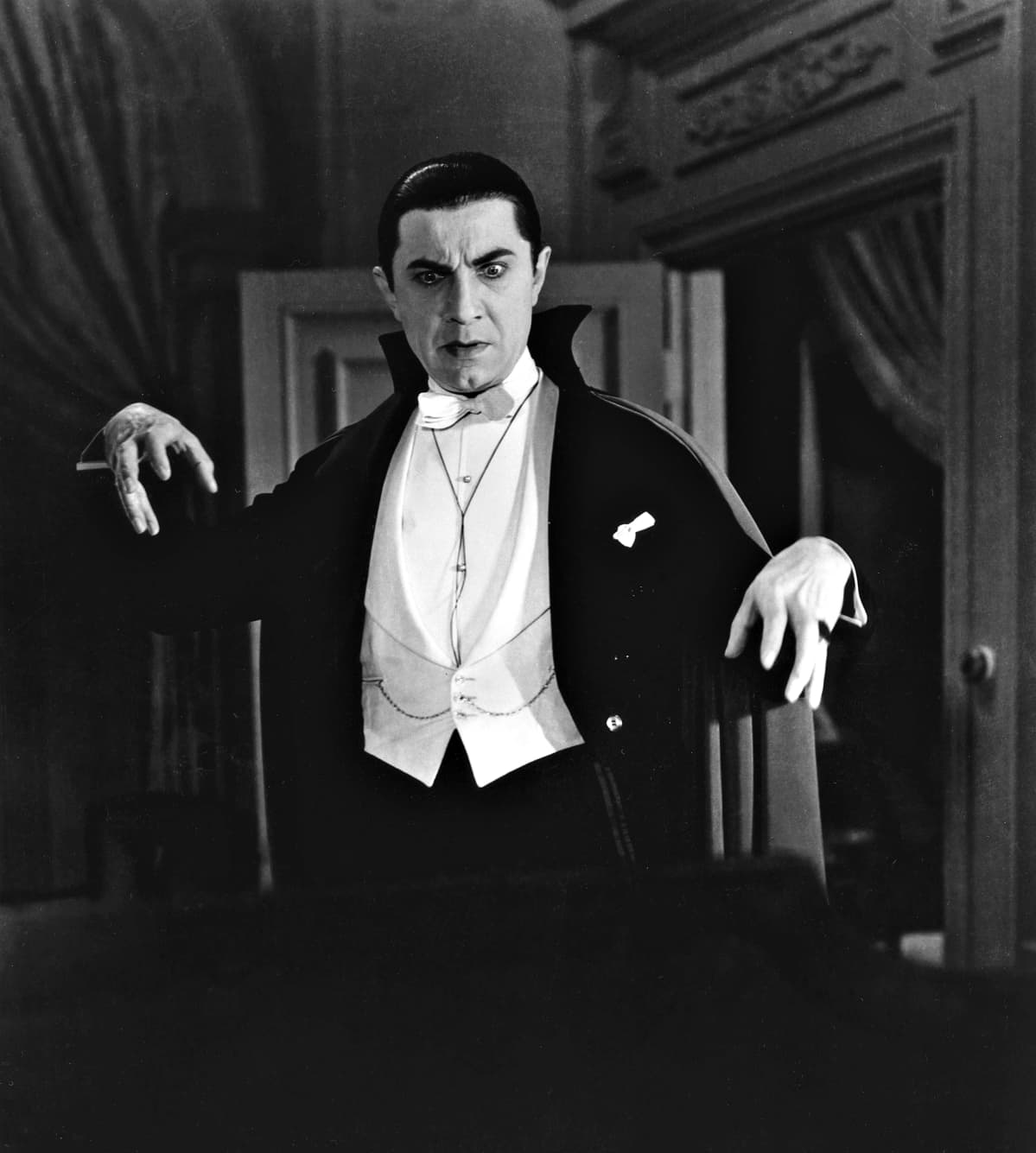 Bela Lugosi Draculan roolissa ohjaaja Tod Browningin elokuvassa Dracula – vanha vampyyri (1931).