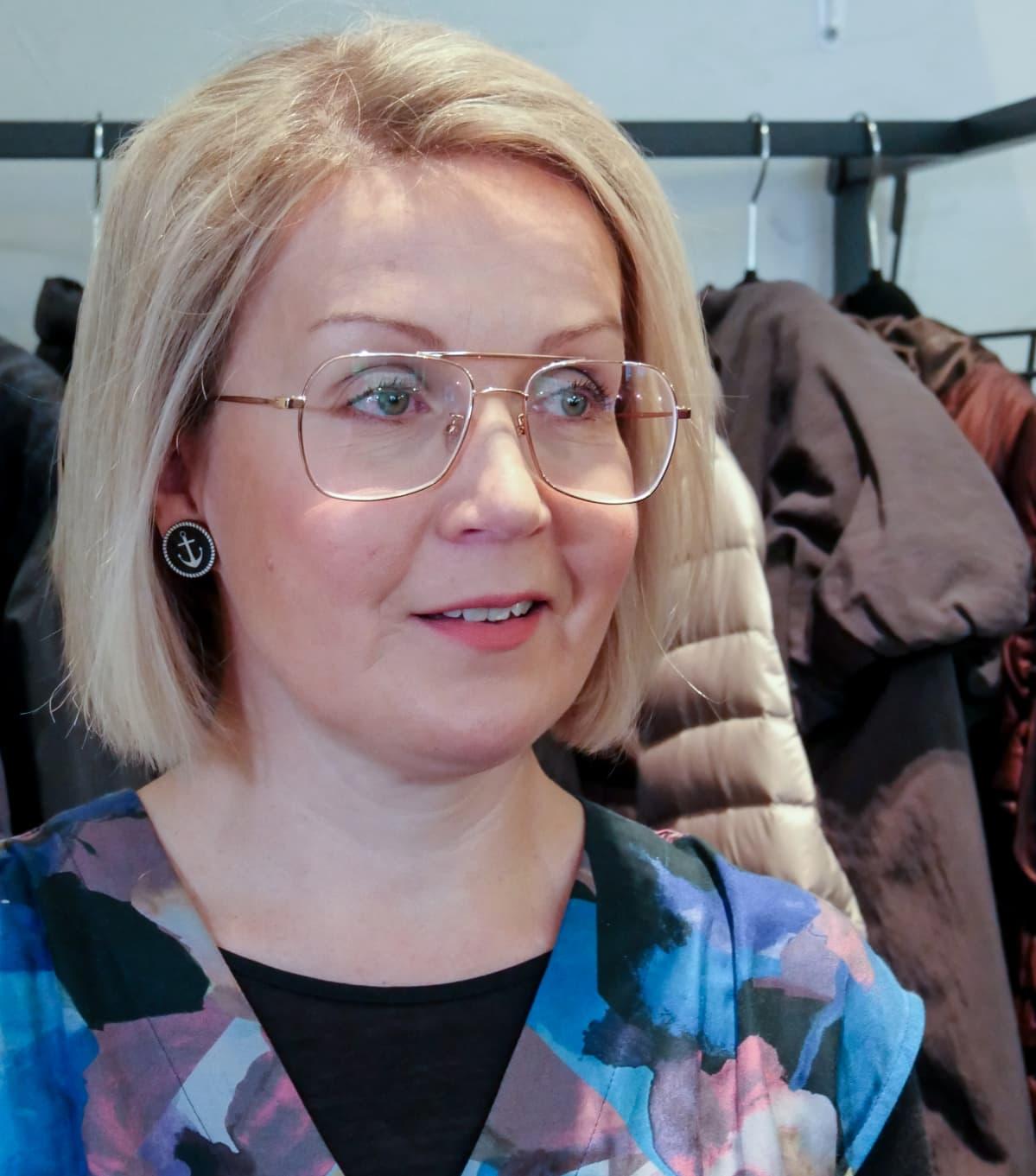 Pauliina Kallioniemi vaatekaupassaan.
