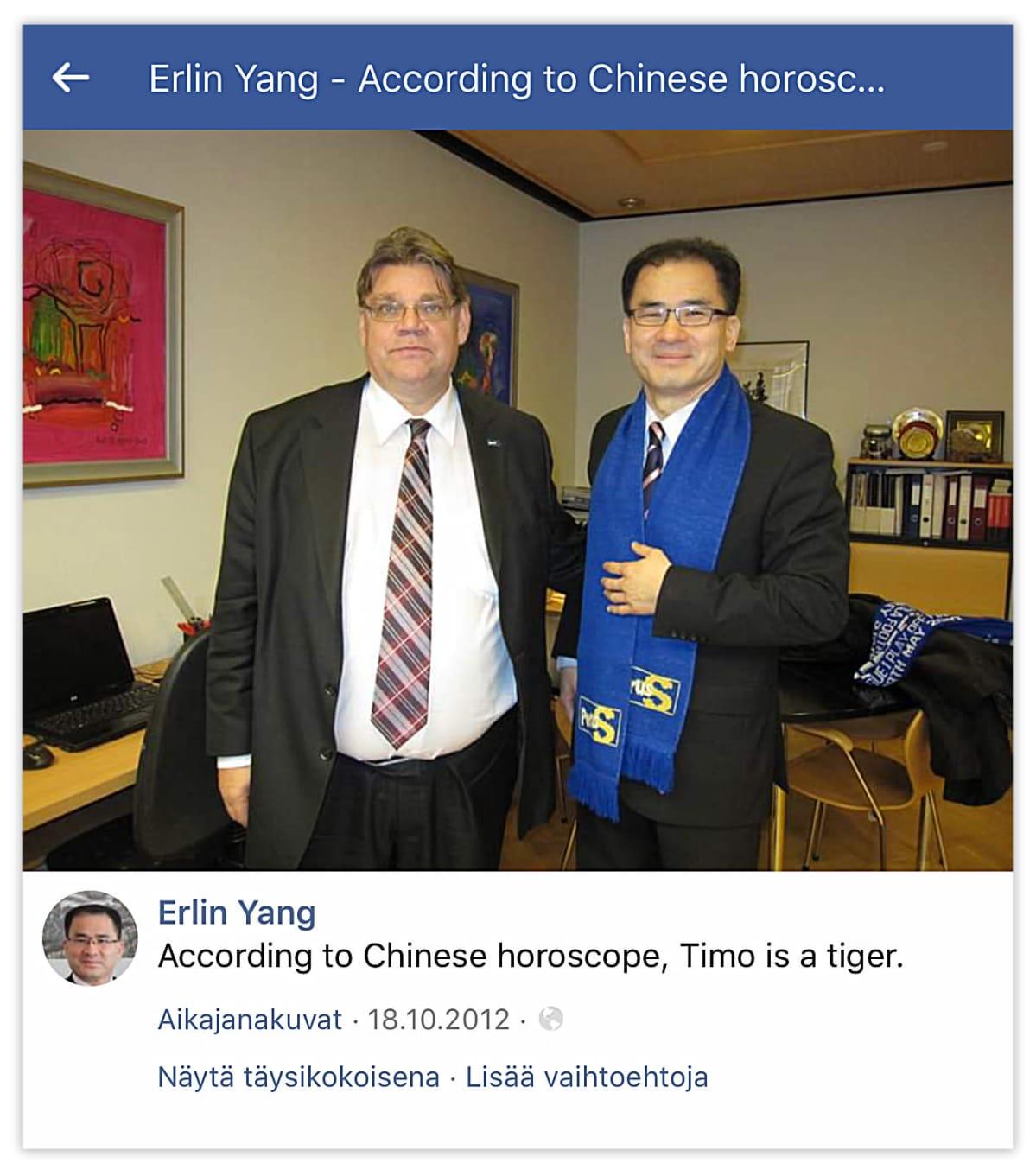 Erlin Yang Perussuomalaisten huivi kaulassa Timo Soinin kanssa.