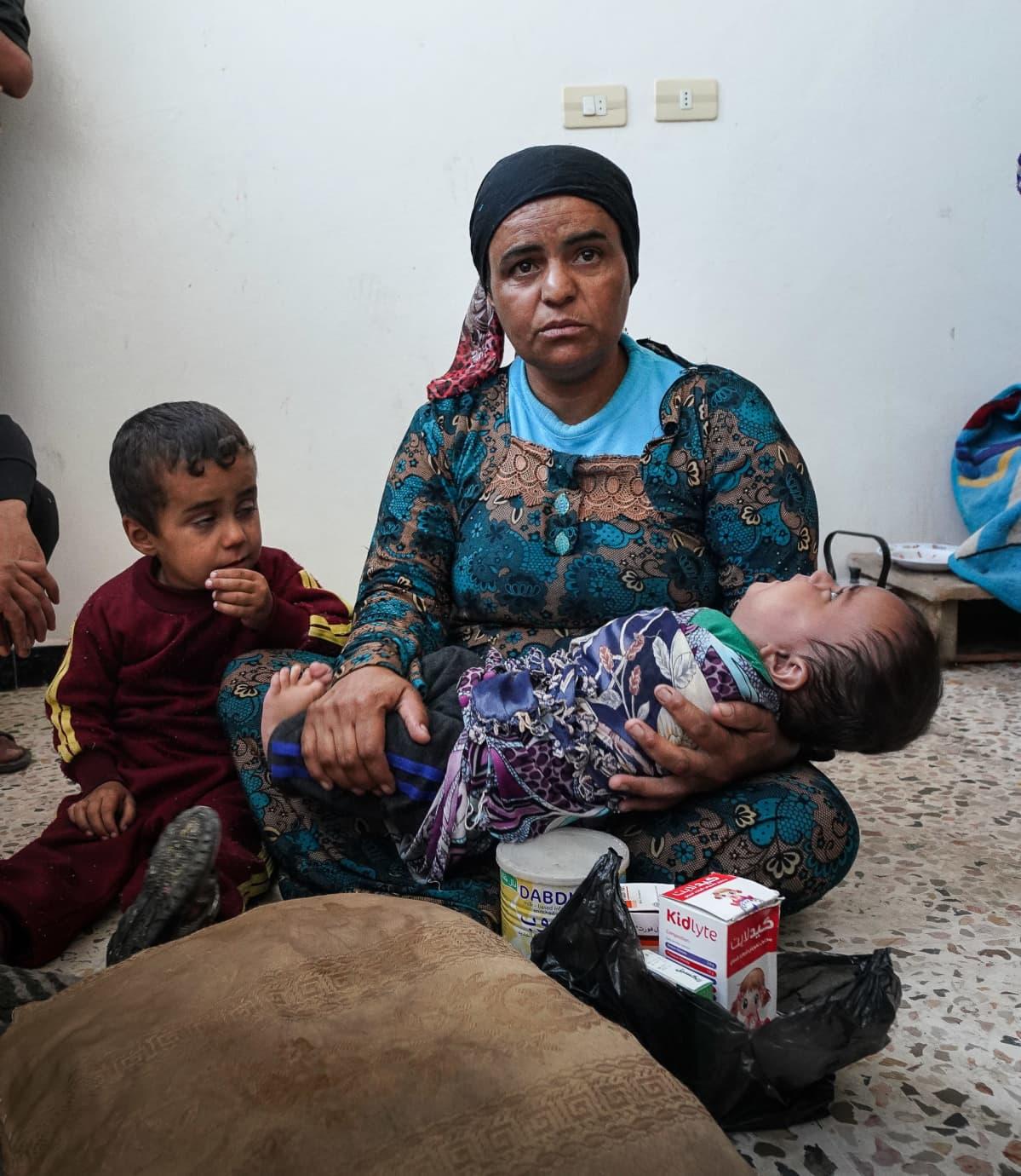"""""""Vauva ei ole saanut aamiaista ja hän kärsii nestepulasta"""", kertoi kouluun majoitettu perheenäiti Tal Tamrissa Syyriassa. Viimeisillä rahoillaan hän oli ostanut lääkkeitä vauvalle."""