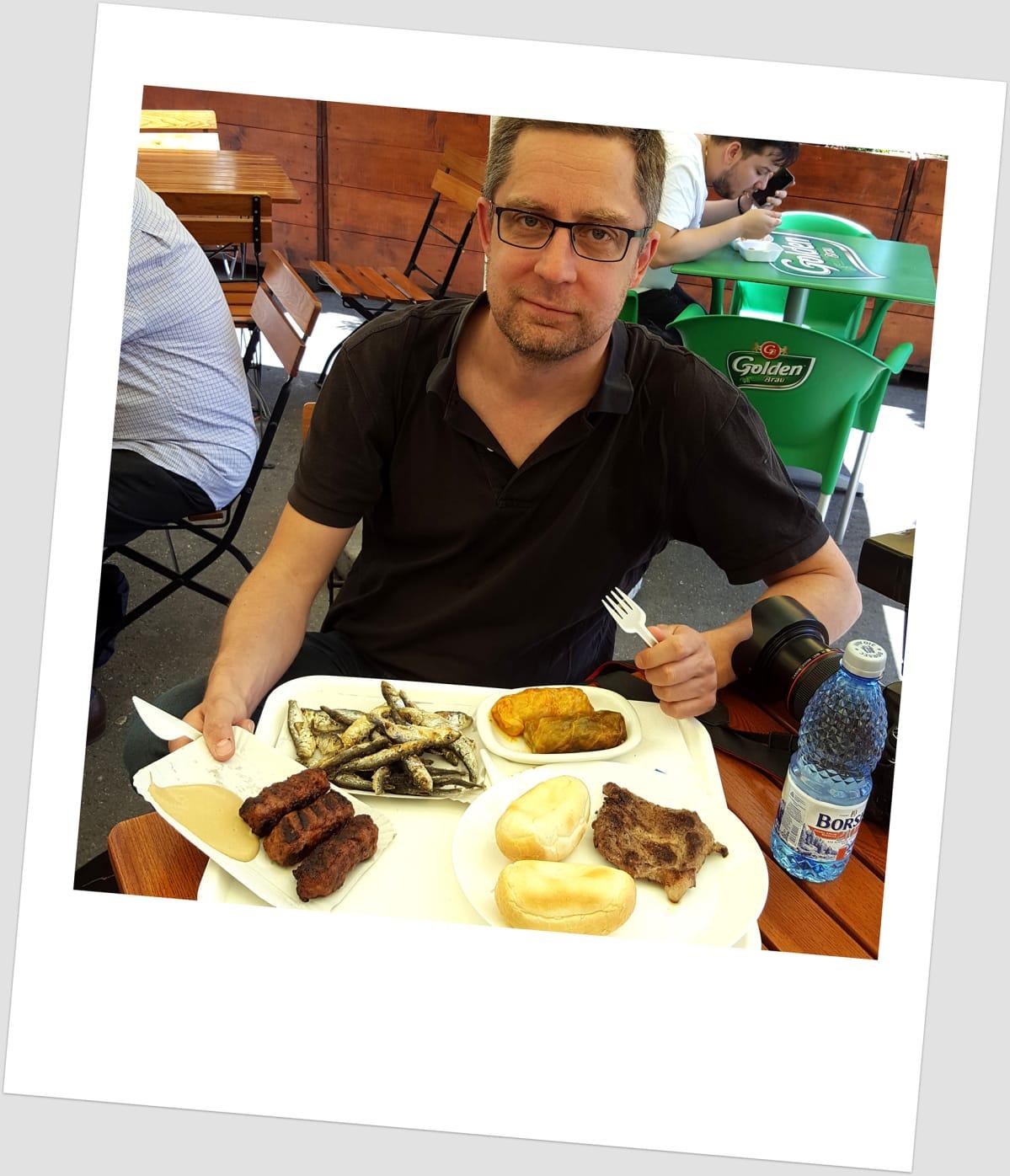Paikallisia herkkuja Obor torilla. Kaalikääryleet, paistetut muikut, grillattu porsaankyljys ja maustettu lihapulla.
