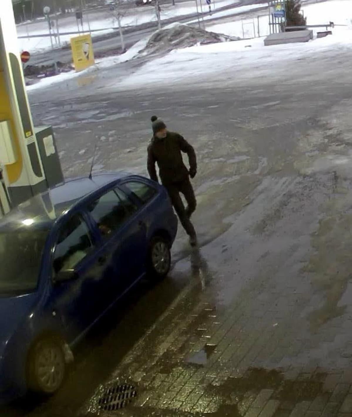 Valvontakamerakuva epäillystä Prisman ryöstäjästä tankkauspisteellä.