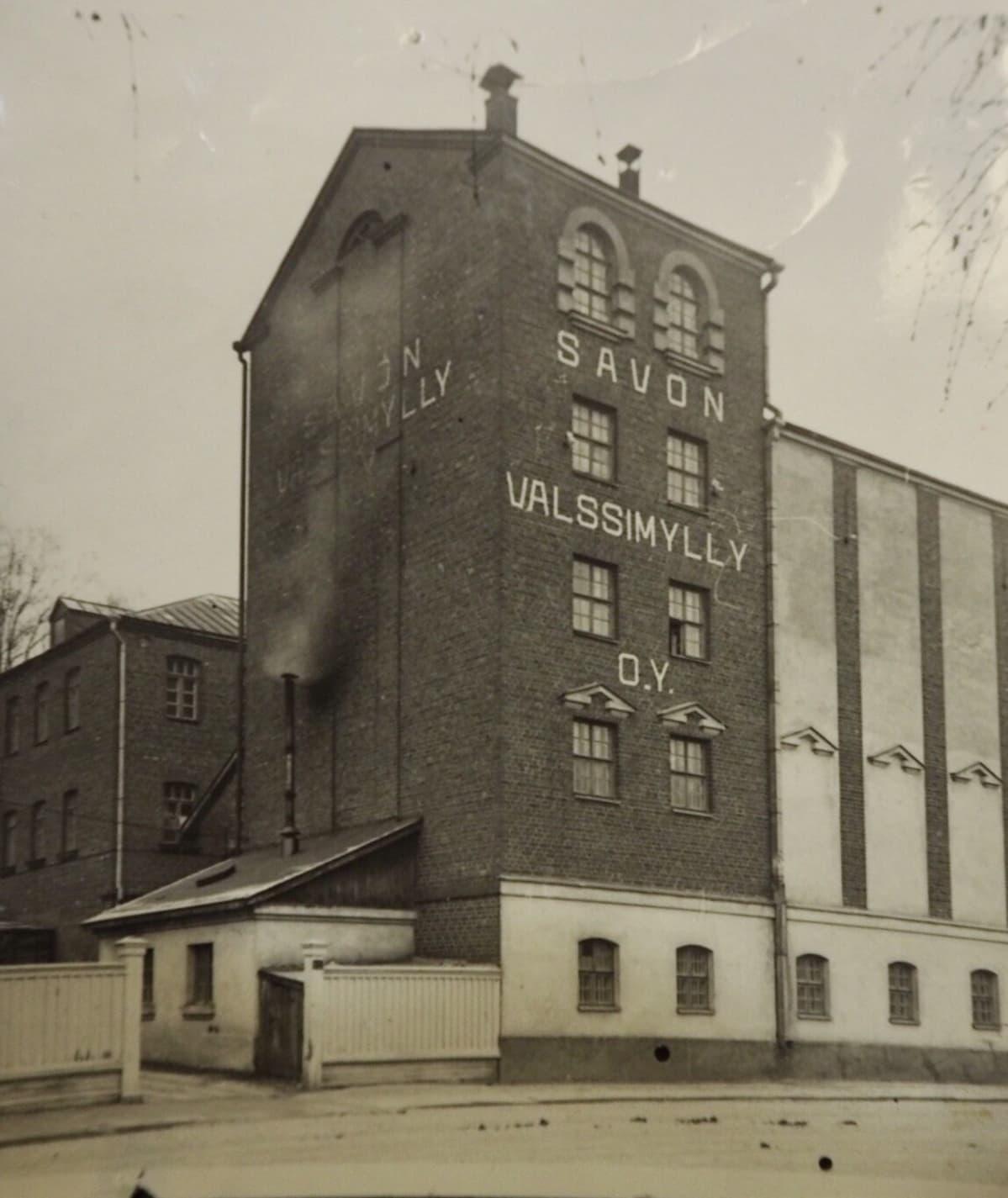 Mikkelin valssimyllyrakennus kuvattuna Mannerheimintieltä 19320-1930-luvulla.