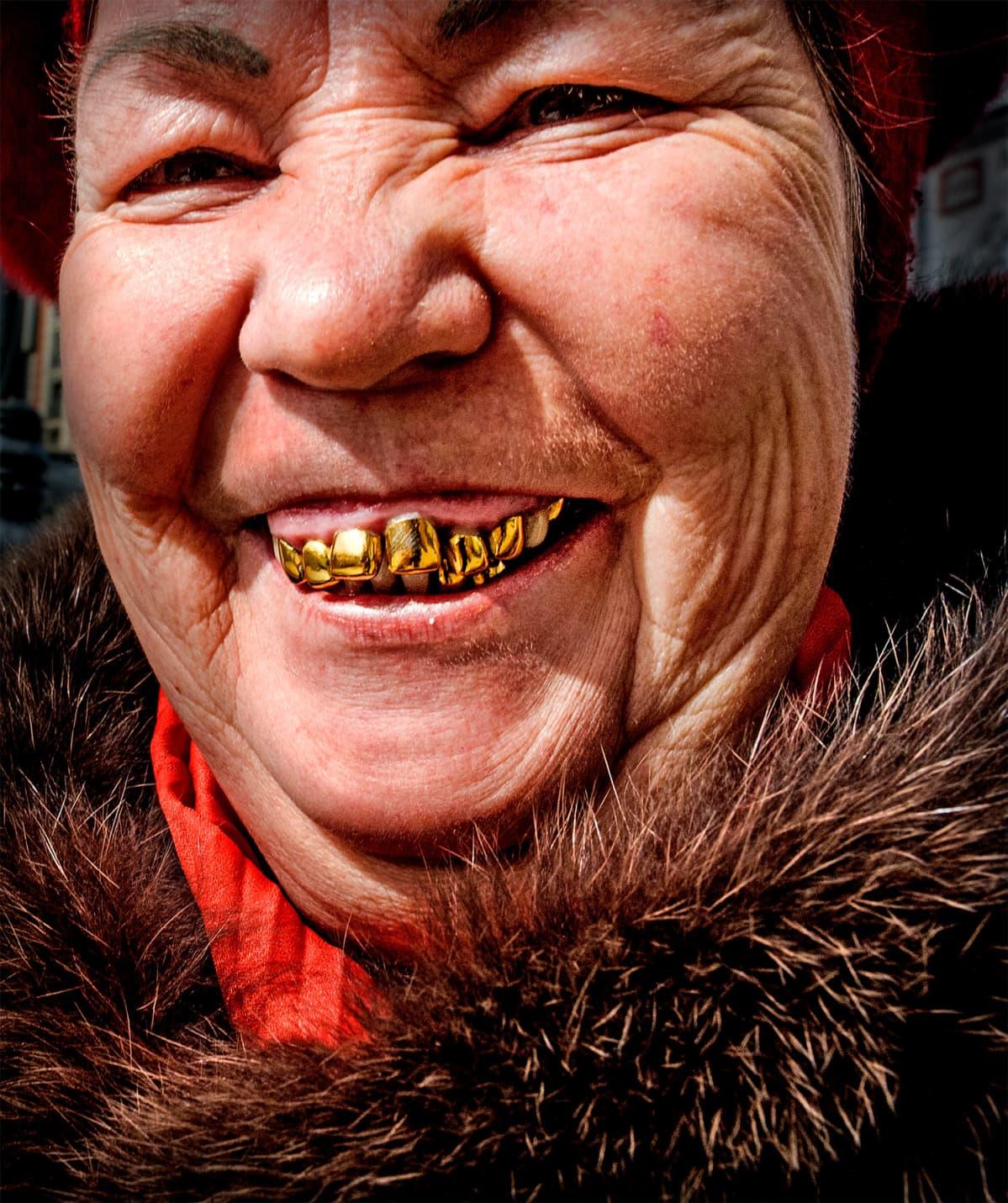 Kultahampainen nainen Moskovasta