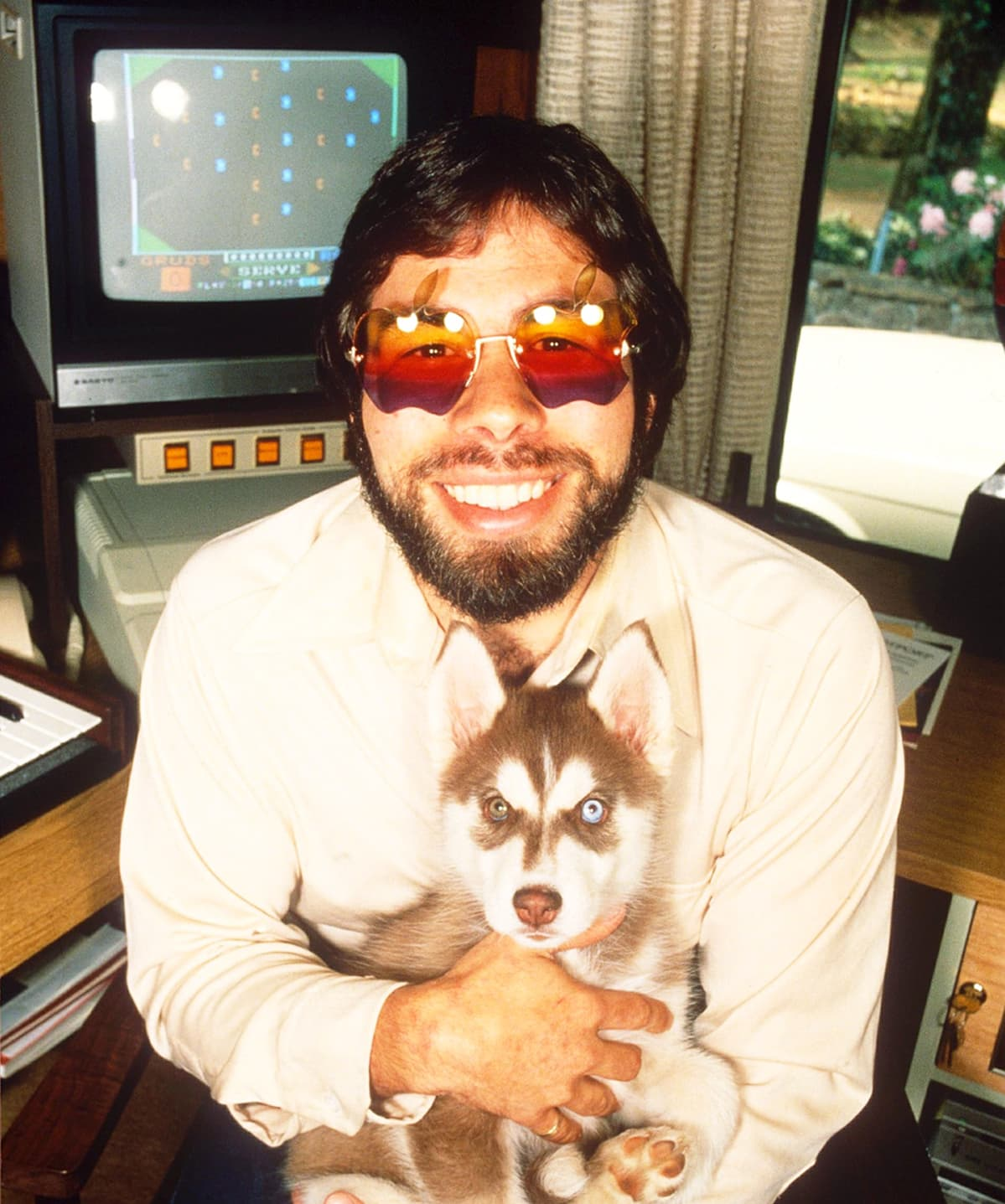 Steve Wozniak Apple-aurinkolasit päässään vuonna 1983.