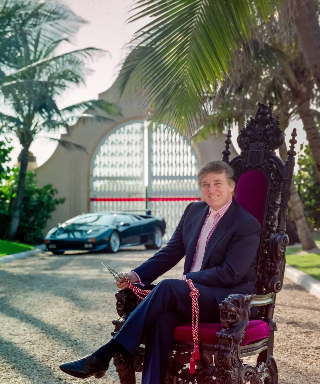 Trump istuu pihalla prameassa tuolissa