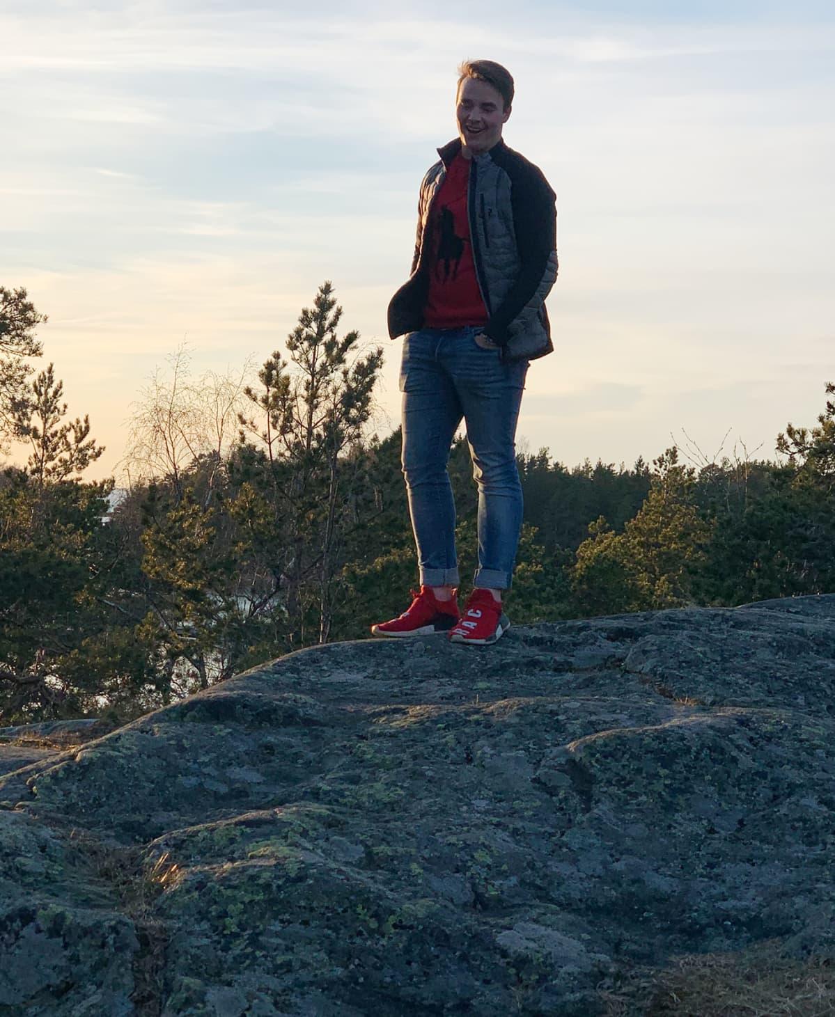 Joonatan Saarenmaa seisoo kallion päällä.