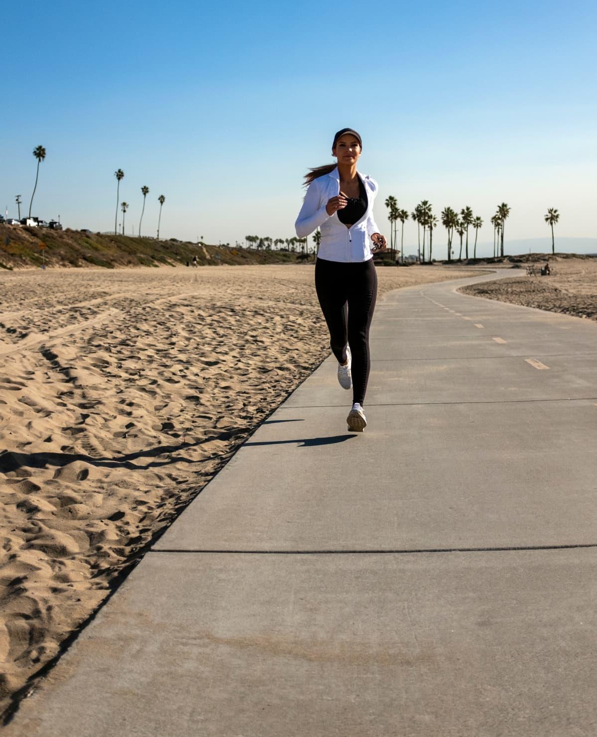 Pia Lamberg juoksee rannalla