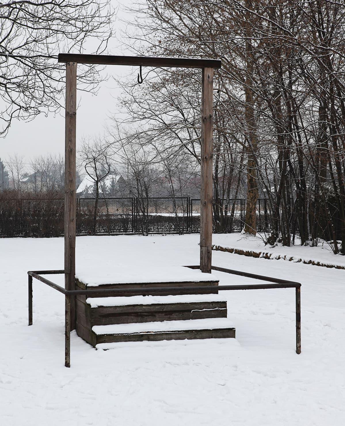 Auschwitzin leirin komentaja Rudolf Höss tuomittiin kuolemaan ja hirtettiin Auschwitzissa huhtikuussa 1947. Hirttolava on leirin alkuperäisen kaasukammion vieressä.
