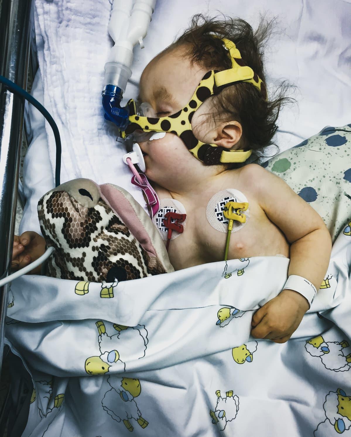 Hilda Tolonen sairaalassa hengitymaski kasvoillaan.