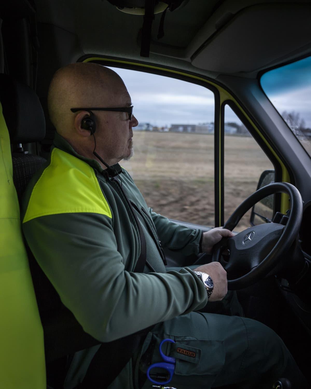 Mies ajaa ambulanssia.