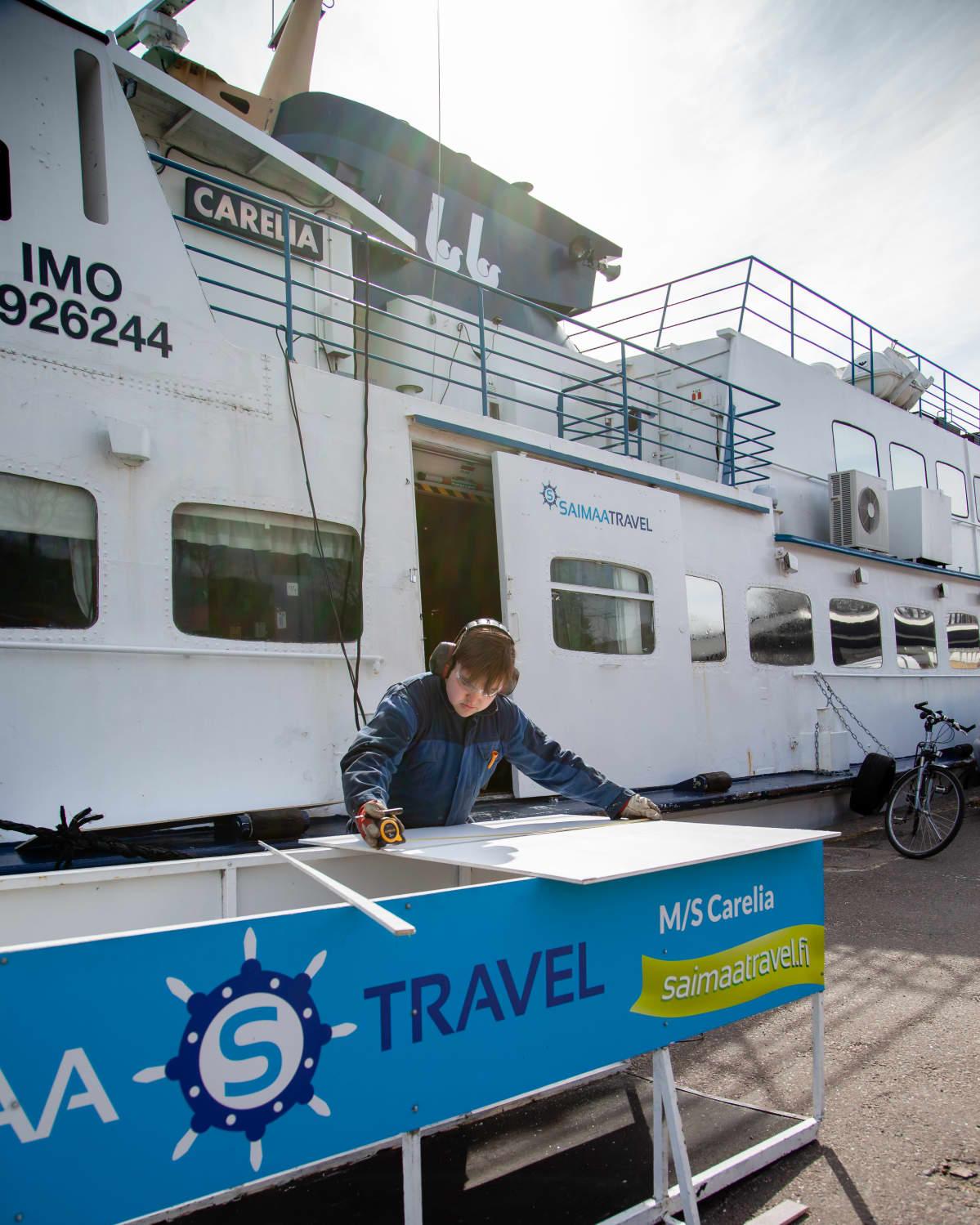 M/S Careliaa kunnostetaan Lappeenrannan satamassa.