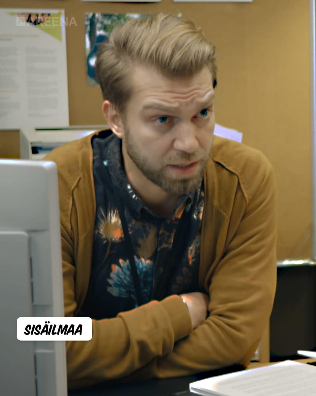 Kuvassa Jarkko Niemi Sisäilmaa-sarjassa.