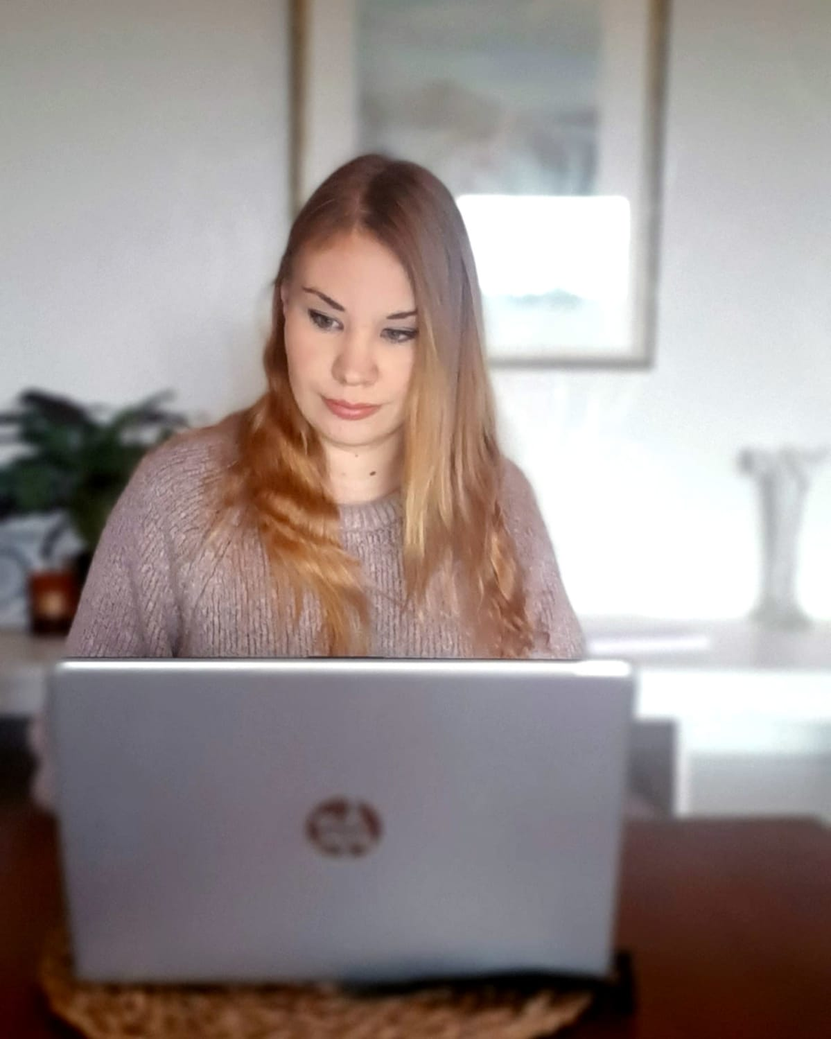 Jenni Hukkanen työskentelee tietokoneella.