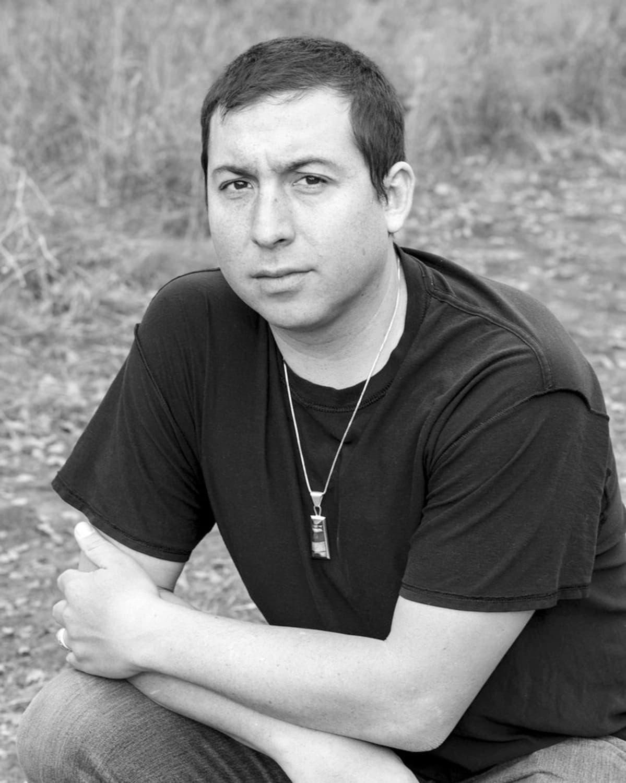 Kuvassa on kirjailija Tommy Orange.