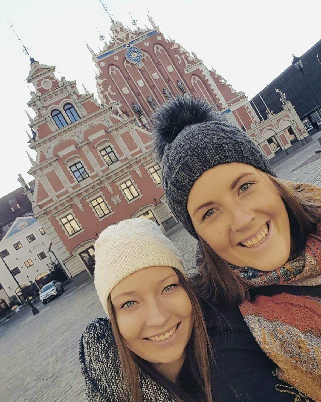 Julia Pokela (vas.) sukulaisensa Felicia Lejdinin kanssa.