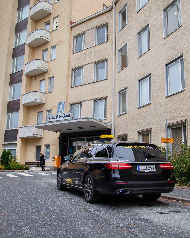 Taksi odottaa asiakasta Etelä-Karjalan keskussairaalan edessä.