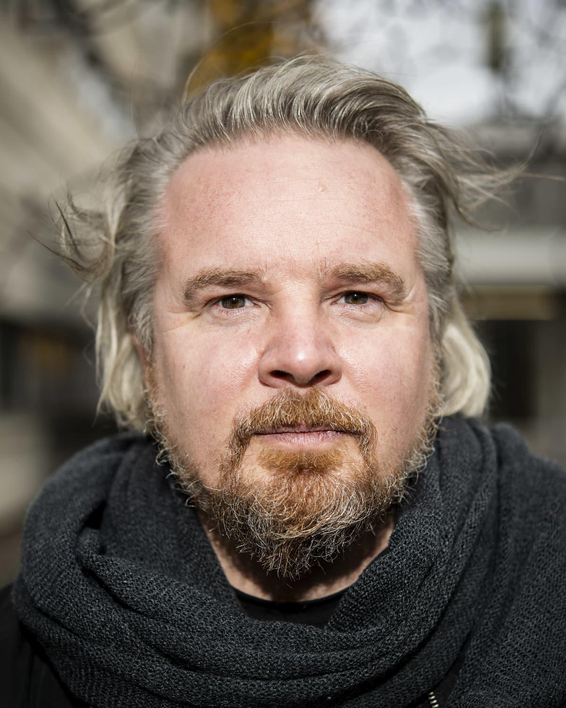 Kuvassa on ohjaaja Tommi Hakko, joka kuvattiin Yle Pasilan pihamaalla 2. marraskuuta 2020.