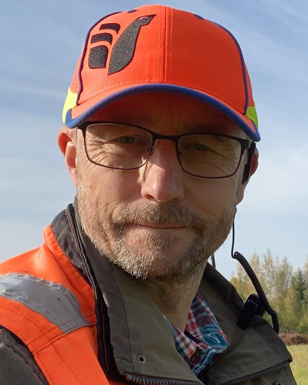 Huomioväriseen metsästyslakkiin pukeutunut Suomen metsästäjäliiton toiminnanjohtaja Jaakko Silpola.