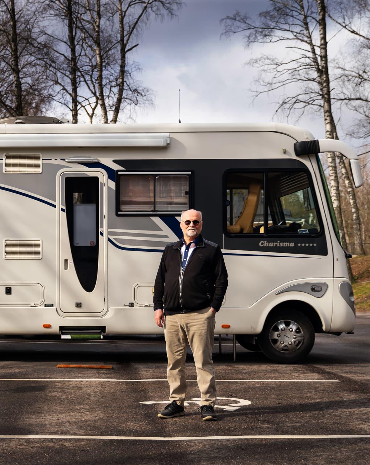 Hallitusammattilainen Jarmo R. Lehtinen asuntoautonsa edustalla.