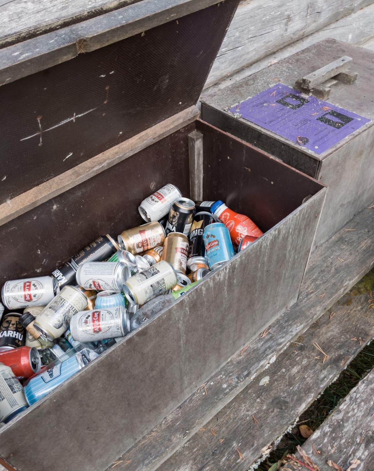 tölkkejä roskiksessa