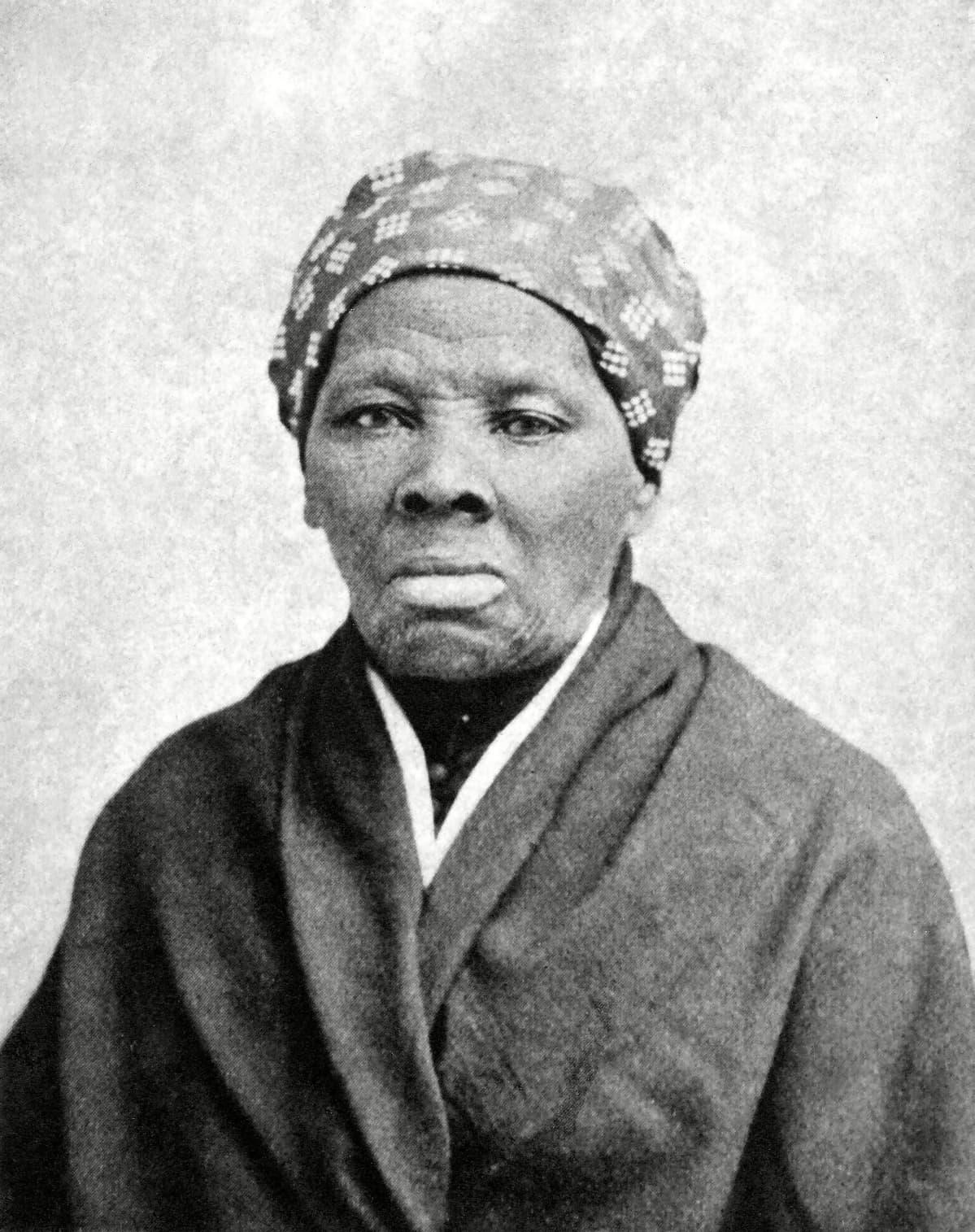 Mustavalkokuvassa on Harriet Tubman, päässään kuvioitu huivi, yllään takki.