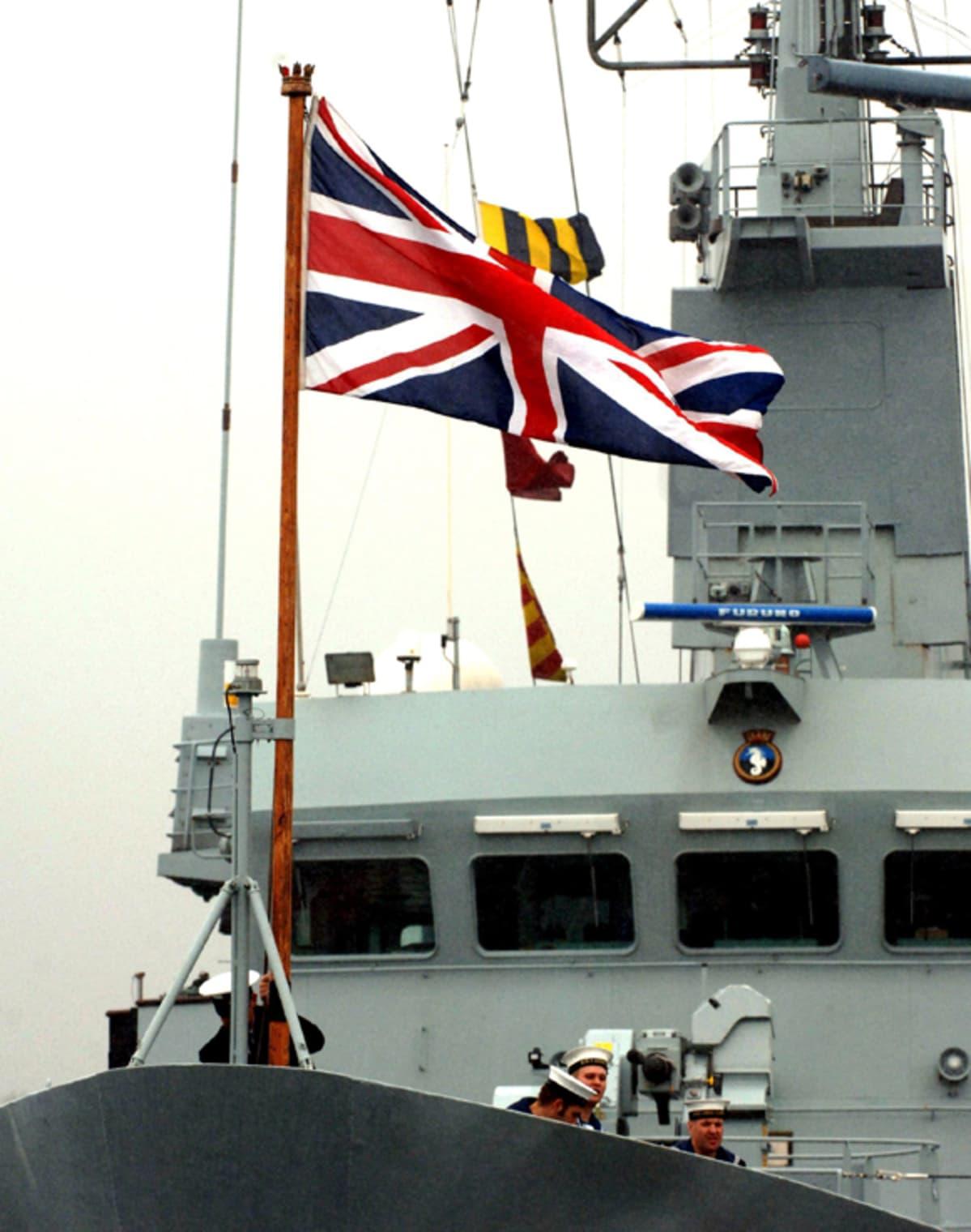 Laivaston merimiehiä kannella.