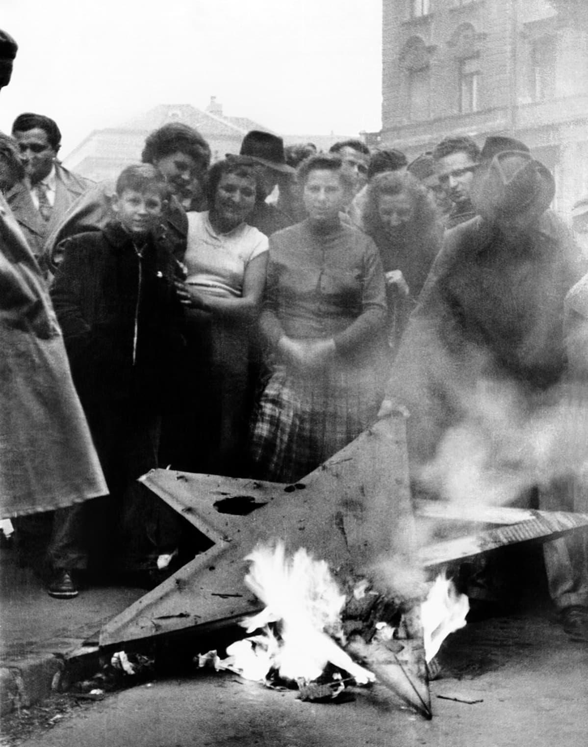 Siviileitä tuhotun Punaisen tähden ympärillä Budapestissa vuoden 1956 lopulla.