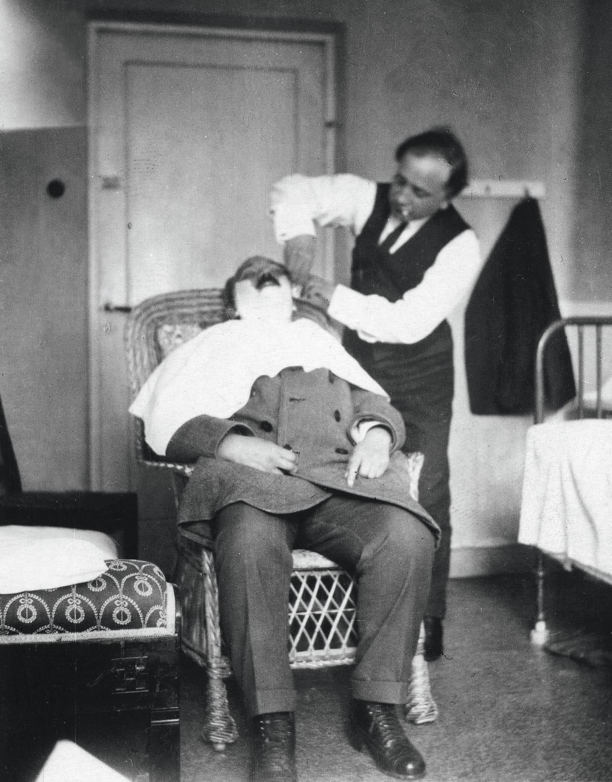 Taiteilija Felix Nylund ajaa runoilija Eino Leinon partaa Bad Grankullassa vuonna 1923.