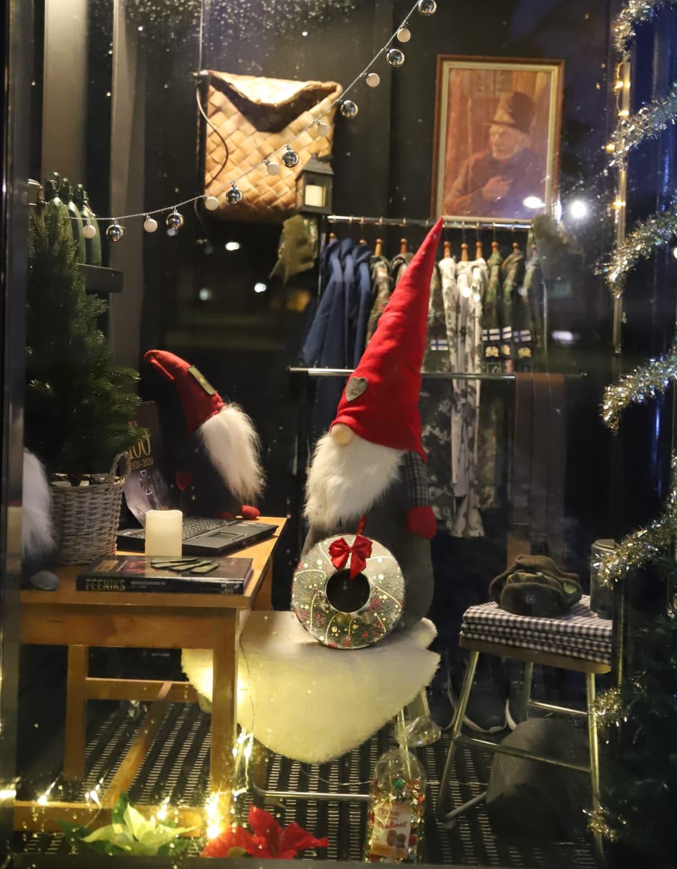 joulukoristeita ikkunassa, tonttu läppärin äärellä
