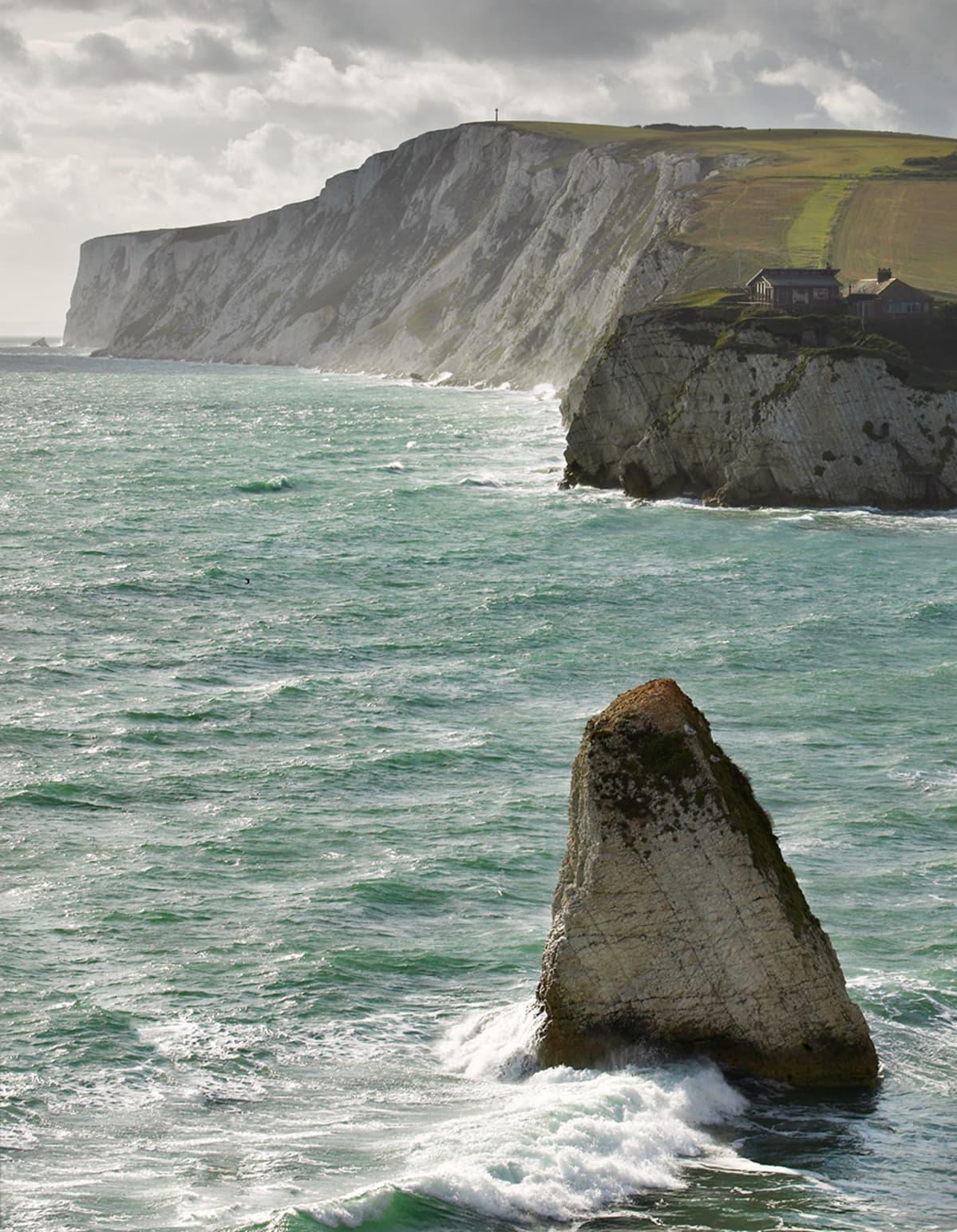 Korkeaa merenrannikkoa ja merta Isle of Wightin saarella Englannin etelärannikolla.