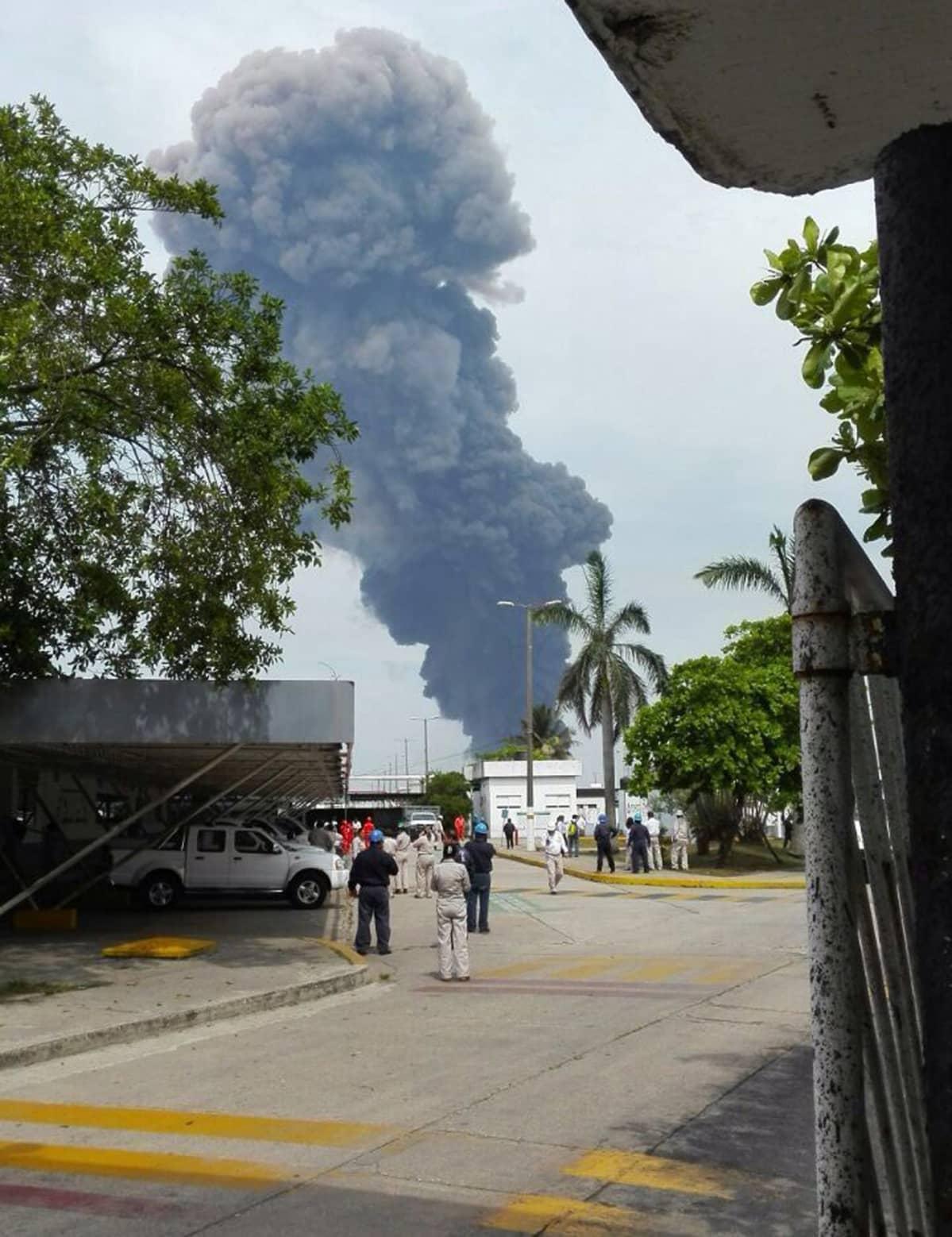 Työntekijät evakuoivat öljy-yhtiö Pemexin rakennuksia voimakkaan räjähdyksen jälkeen Coatzacoalcosin kaupungissa Meksikossa keskiviikkona.