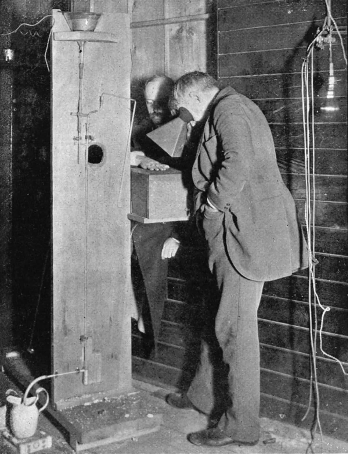 Edison kuvaa apulaisensa Dallyn kättä röntgenlaitteella.