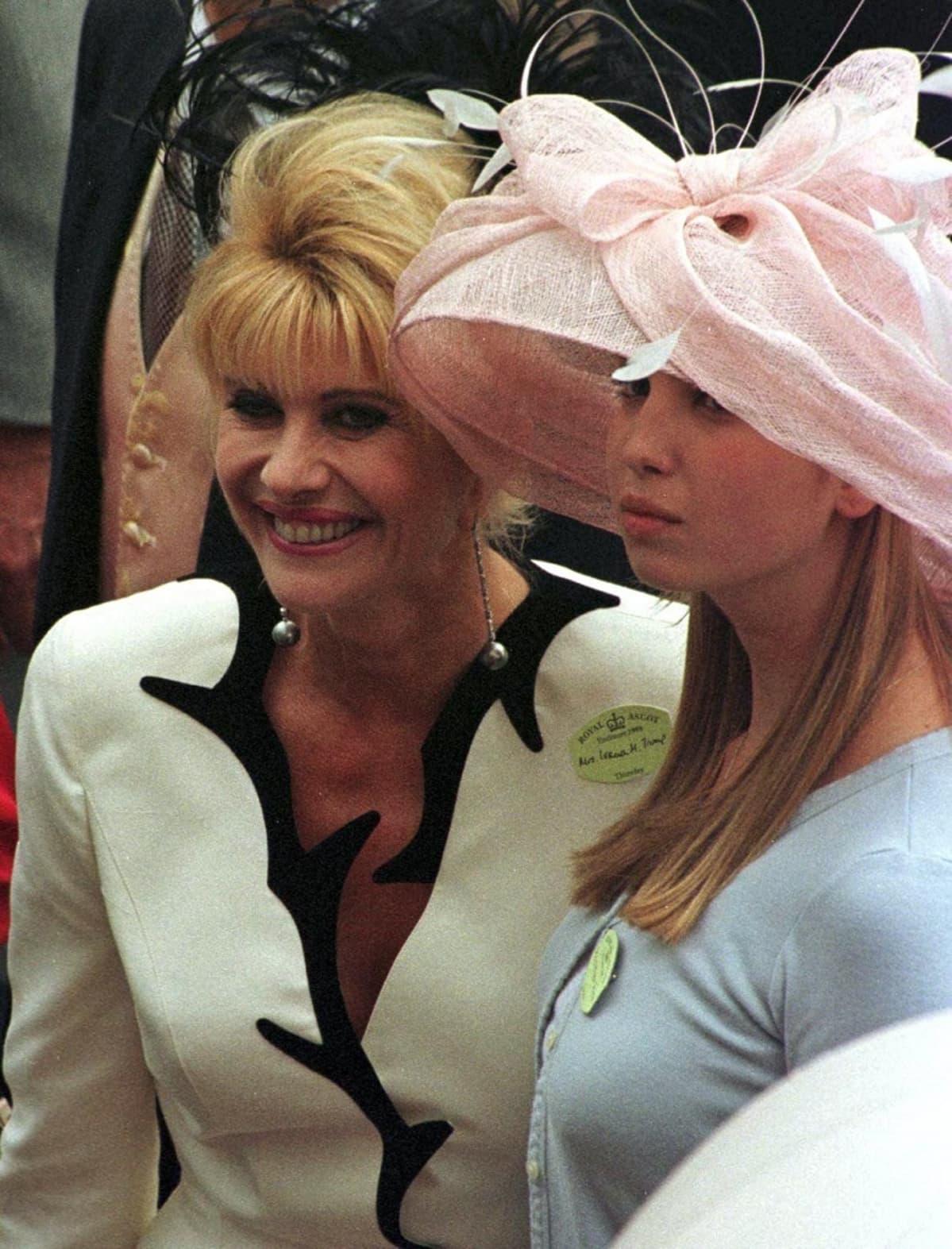 Ivanka Trump suuressa vaaleanpunaisessa hatussa, Ivana vieressä.