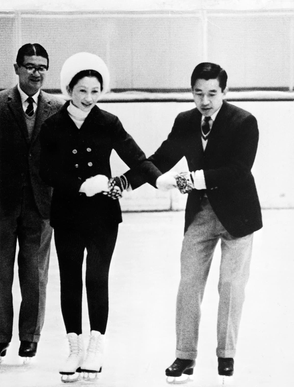 Akihito ja Michiko luistelevat Sapporossa.