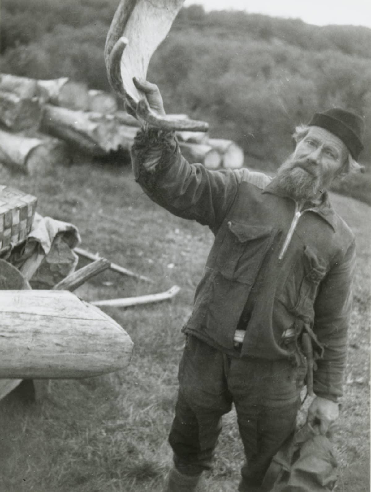 Kolttasaamelainen mies kuvattuna Petsamossa vuonna 1936.