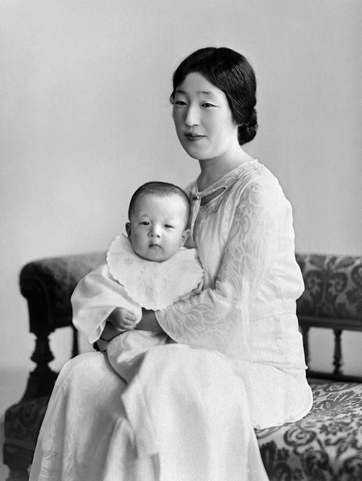 Keisari Hirohito vauvana äitinsä sylissä