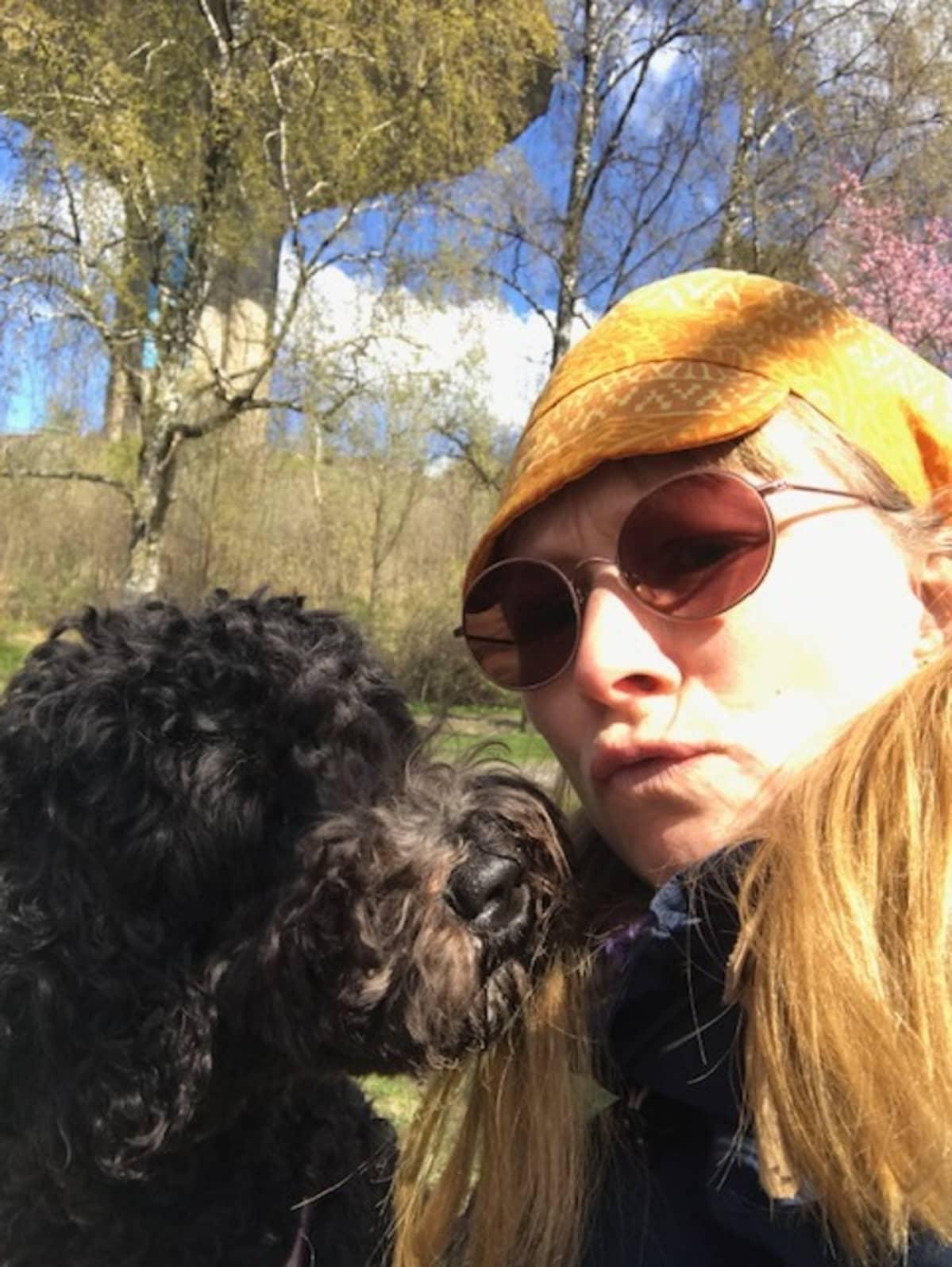 Karikoski ulkoilutti Elsa-koiraa Roihuvuoren kirsikkapuistossa keväällä 2020.