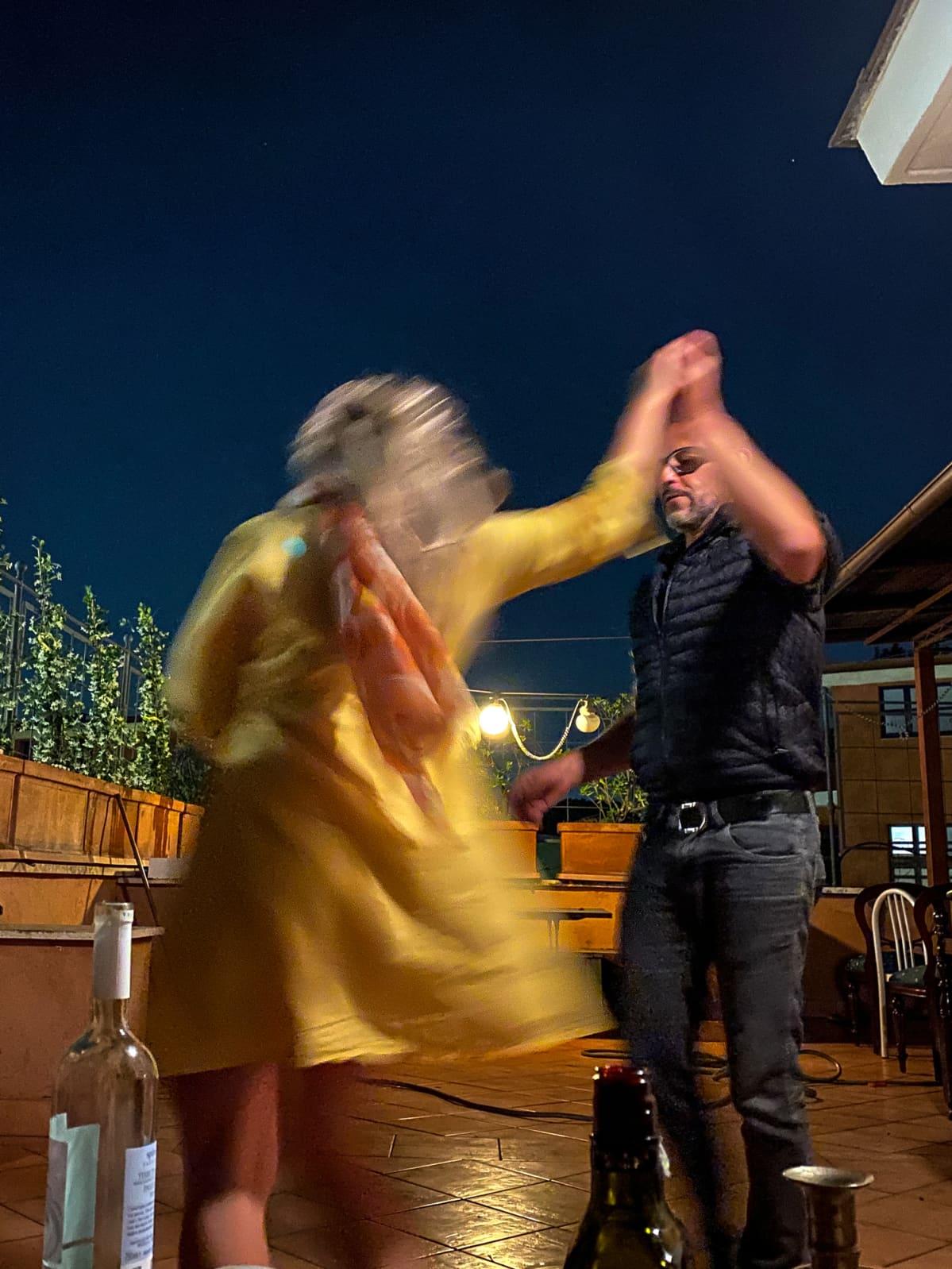 Riikka Vainio tanssimassa miehen kanssa.
