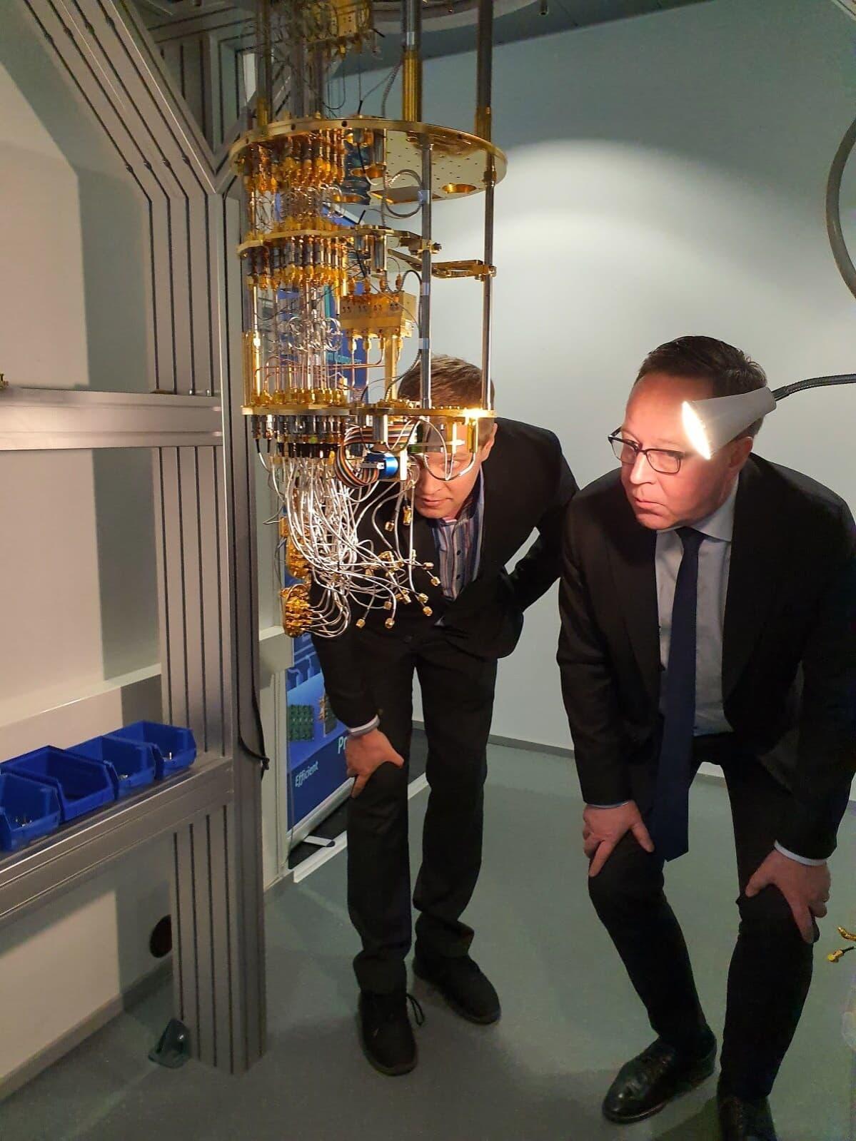 Professori Mikko Möttönen ja elinkeinoministeri Mika Lintilä katselevat kvanttitietokoneen komponentteja vierailulla IQM:n laboratoriossa tammikuussa.