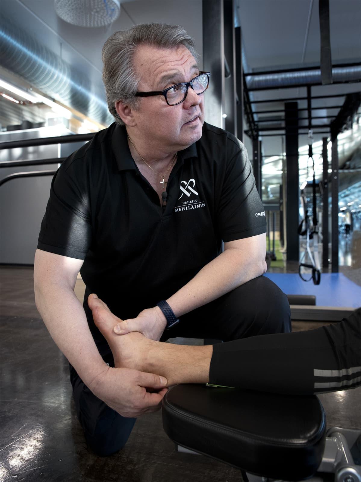 Urheilu Mehiläisen fysioterapeutti Peter Halën tutkii akillesjännettä.