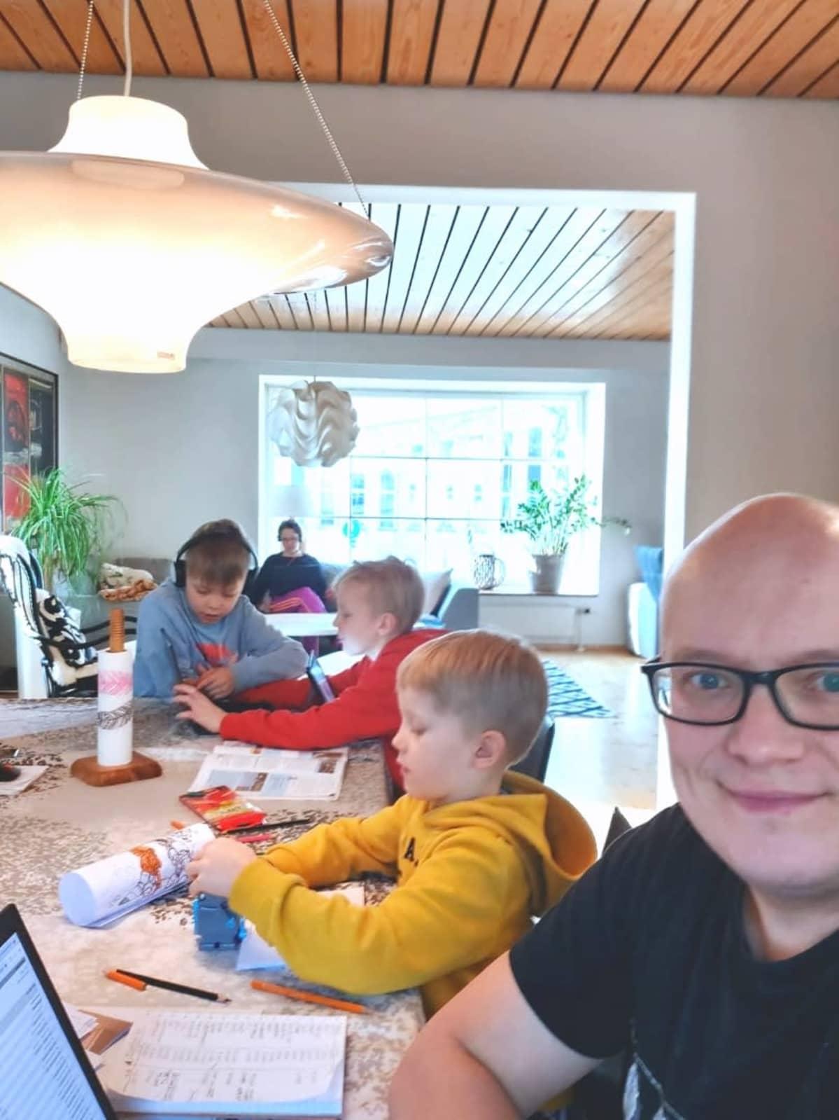 Antti Toivanen perheineen etäkoulupäivän keskellä kotonaan.