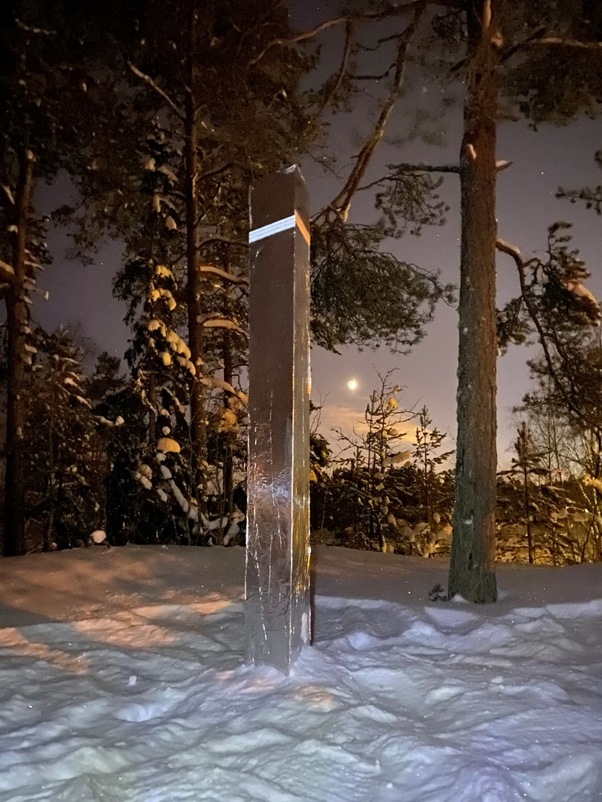 Monoliitti seisoo lumihangessa