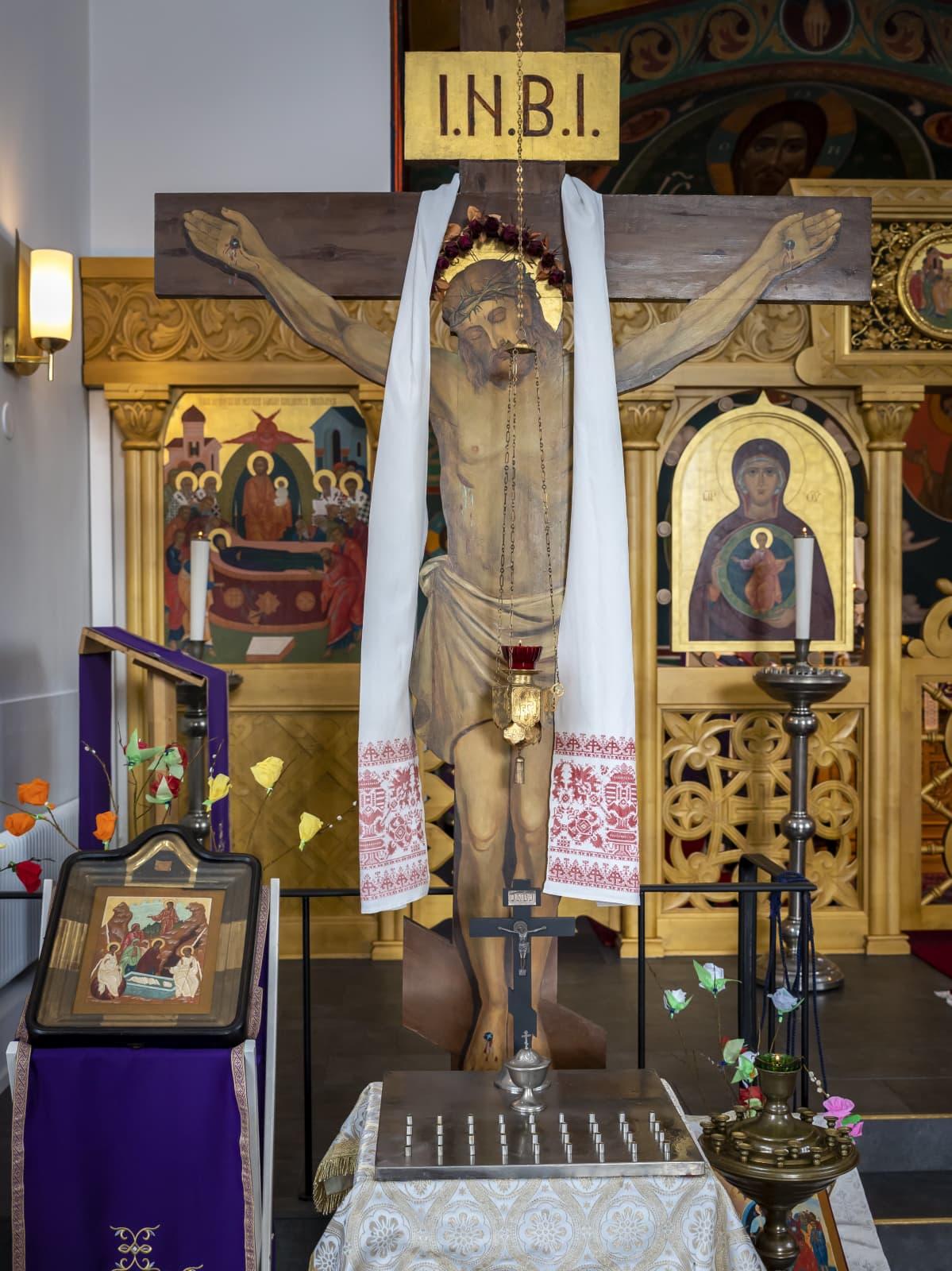 Iso krusifiksi Ylienkeli Mikaelin kirkossa.
