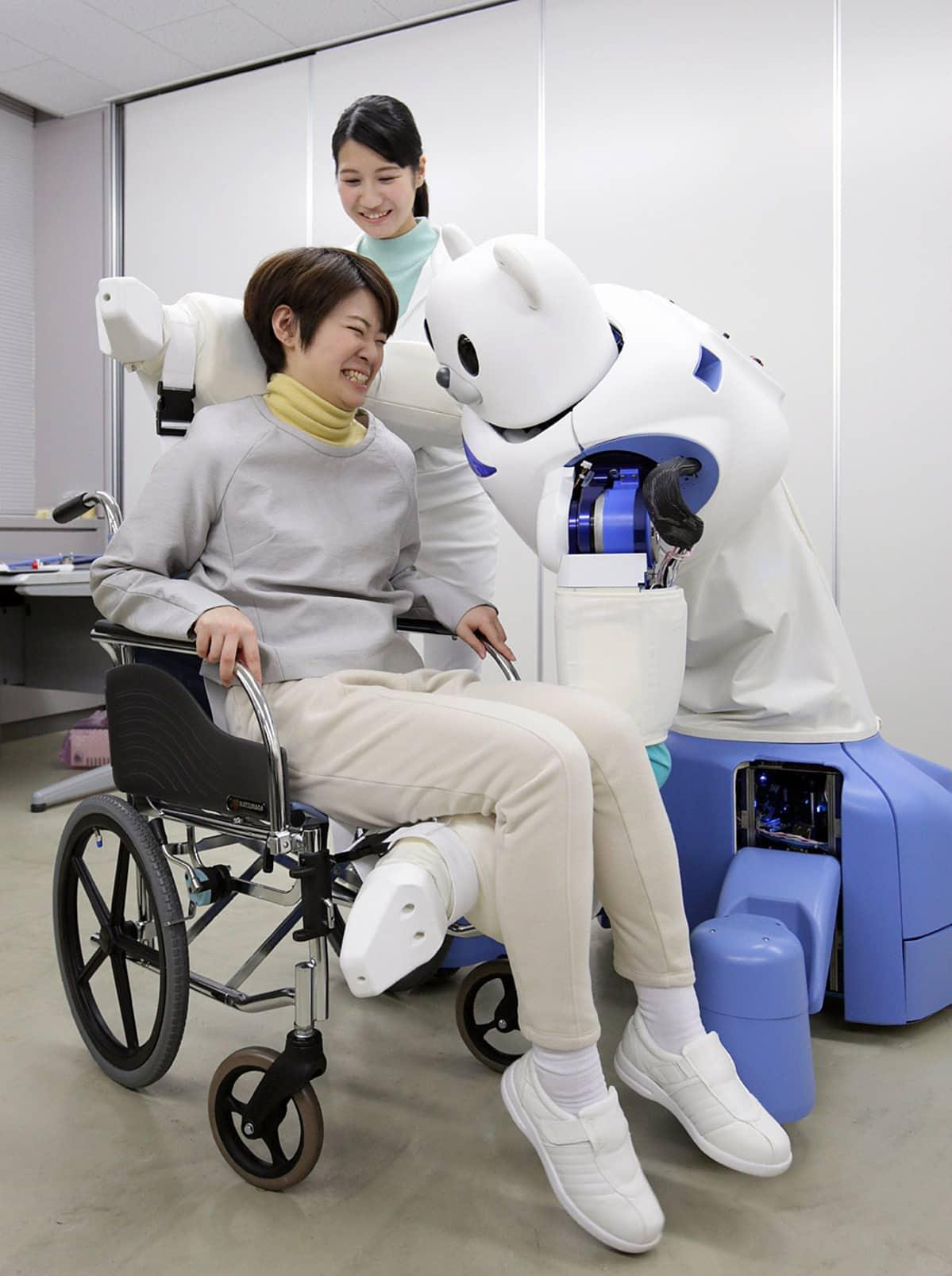 Riken-tutkimuskeskus esittelee sen kehittämää ROBEAR-hoitorobottia.
